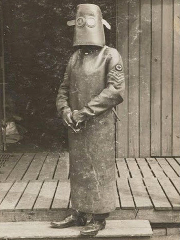 Amazing how far #radiotherapy has come. Here is a photo of a radiographer wearing X-ray protection mask during WWI. https://t.co/LVqNsXKLFn