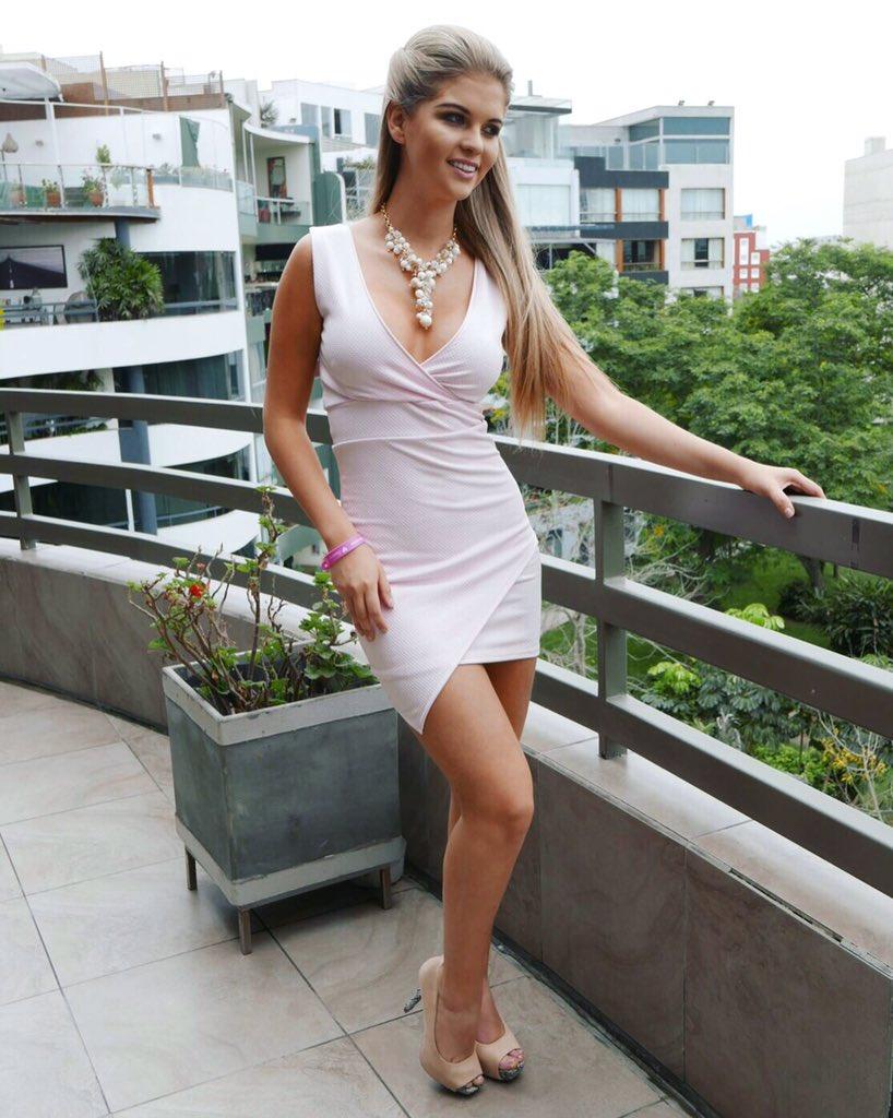 Vestido blanco con zapatos rosas