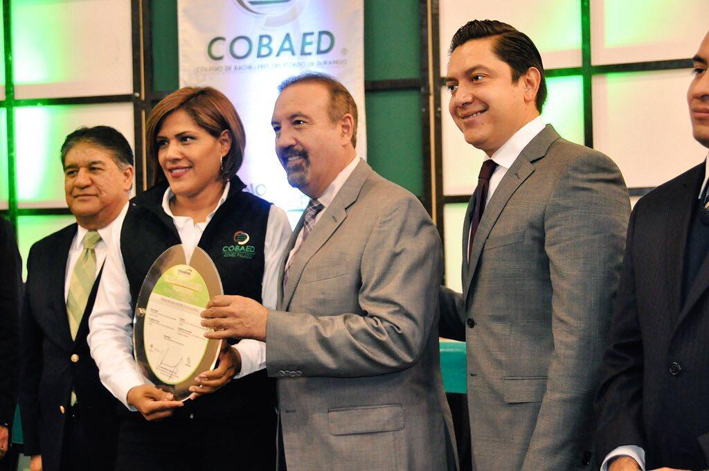 Entrega @HectorVelaV a nombre de @JHerreraCaldera Cartas Compromiso a 10 planteles COBAED @chuycabrales @gobdgo https://t.co/7Ua3sFk63F