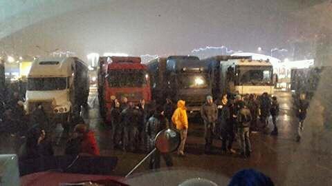 К стоянке дальнобойщиков в подмосковных Химках подъехали полицейские автозаки и автобусы с ОМОНОМ