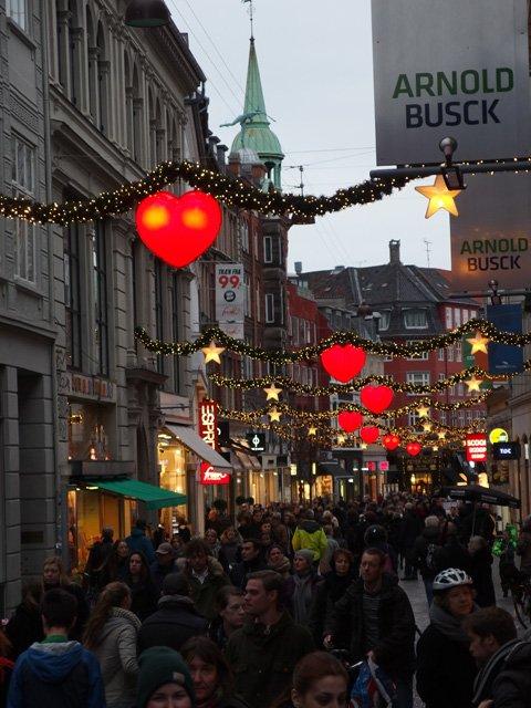 コペンハーゲンのクリスマスイルミネーション。たっぱりデンマークはハートですね。