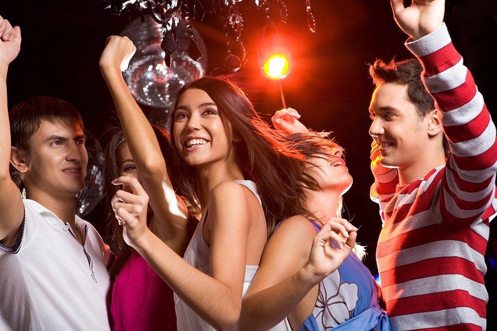 Молодежь оттягивается в ночном клубе — img 9