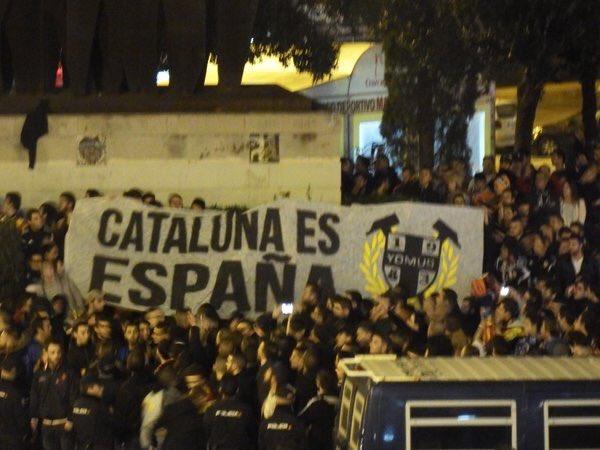 Els ultres del València abans del partit contra el FC Barcelona.Recordeu que no es pot barrejar futbol i política... https://t.co/5tenzzl4tb