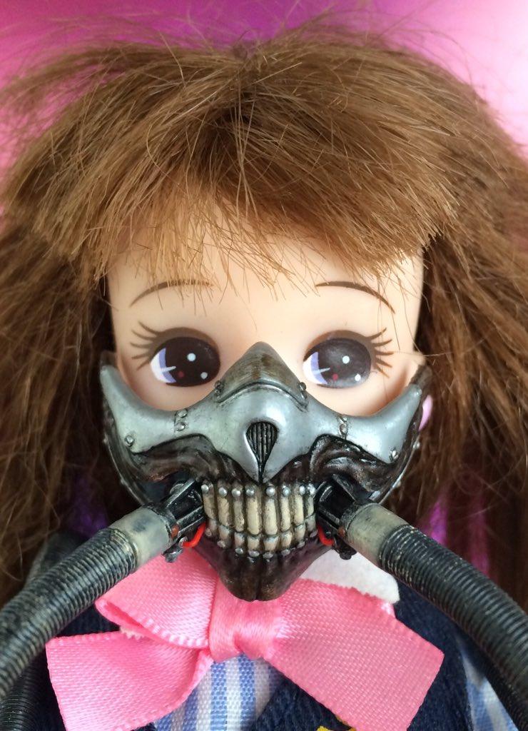 リカちゃん、シルバニアサイズのイモータンジョーのマスクを作った。娘に「これでマッドマックスごっこをすればWhat a lovely dayでV8だよ」と勧めたら全力で拒否された。カッコいいのに。 #MADMAX #マッドマックス