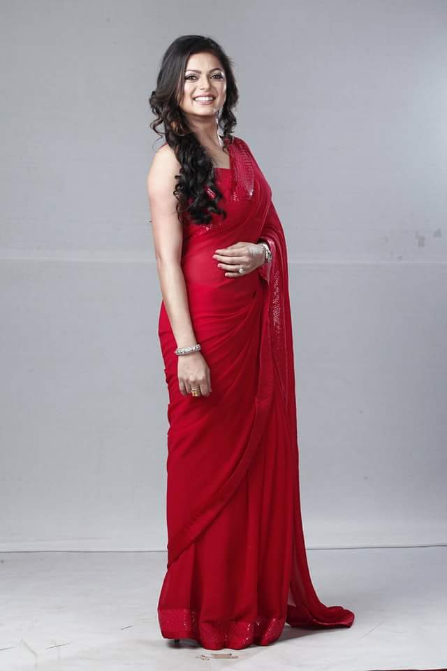 Drashti Dhami in a red saree at Zee Rishtey Awards 2015 (ZRA 2015) Image -