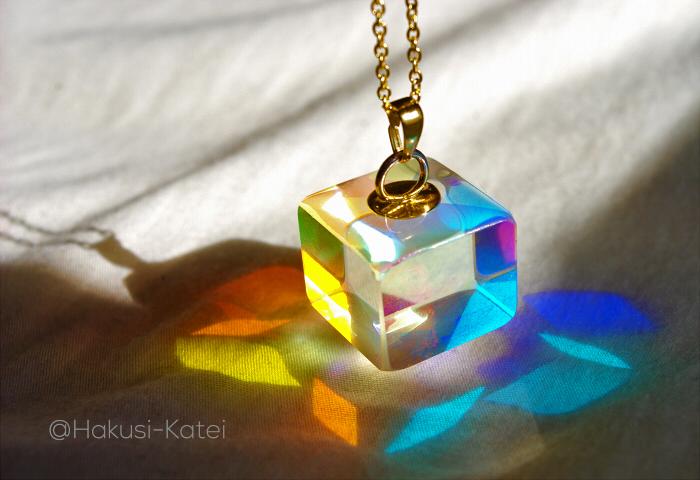【スペクトラム・キューブ】多くの色の集まりから作られる白い光。そんな光から3原色(赤・緑・青)を取り出せるネックレス。斜めから光が入れば、色が重なってCMYK色まで。透明なキューブから、ステンドグラスを通ったような光があふれます。 pic.twitter.com/Ay9oMO33Iy