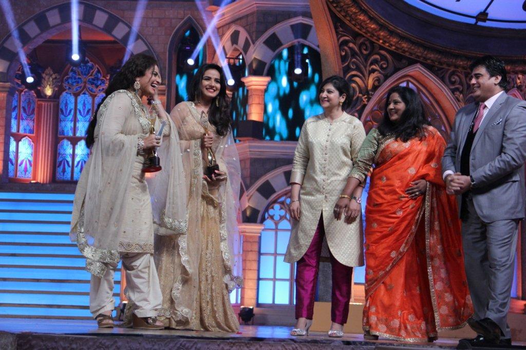 Leela-Twinkle of Tashan E Ishq win favourite Maa-Beti Award at ZRA 2015, Zee Rishtey Awards 2015 - Jasmin Bhasin & Vasihanvi