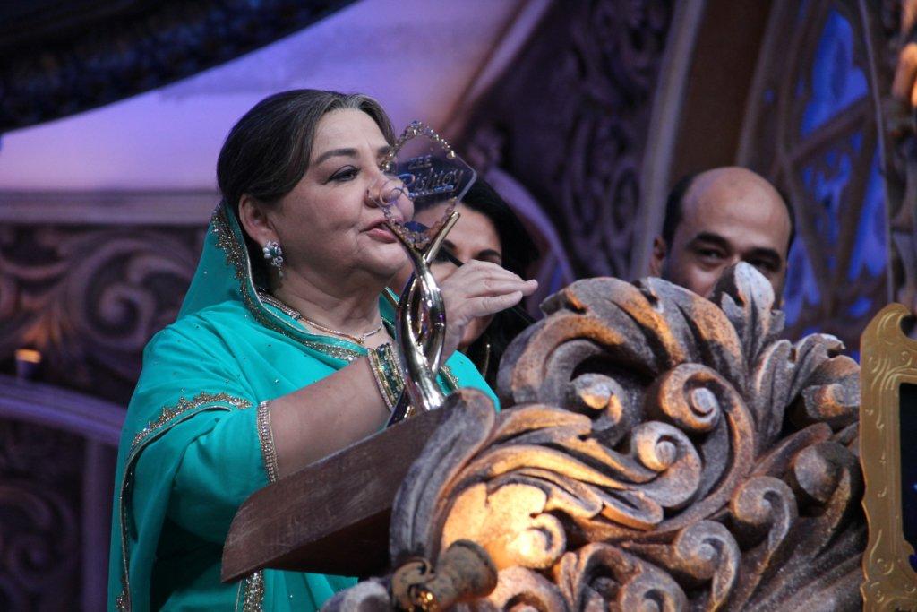 Farida Jalal wins Favourite Dadi at Zee Rishtey Awards 2015 for Satrangi Sasural