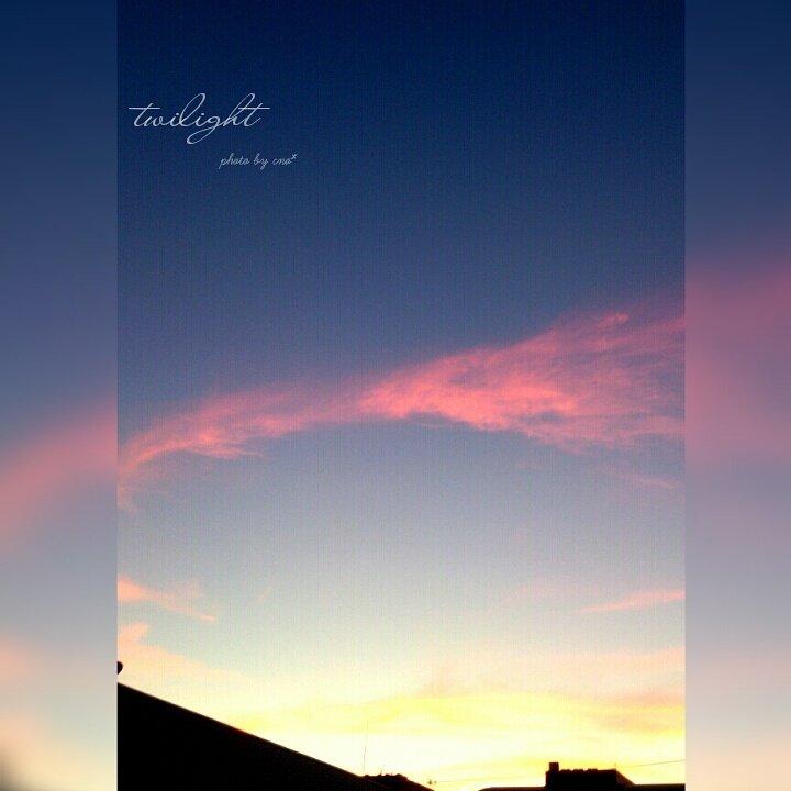 夕焼けに染められた、ピンク色した羽根のような雲が綺麗だった♬ ほんと、空や海は癒しだなぁ(๑´﹀`)♡  #mysky #twilight #夕空 #夕暮れ #黄昏時 #イマソラ #空想い  #空色グラデーション https://t.co/kFSbvU2oV4