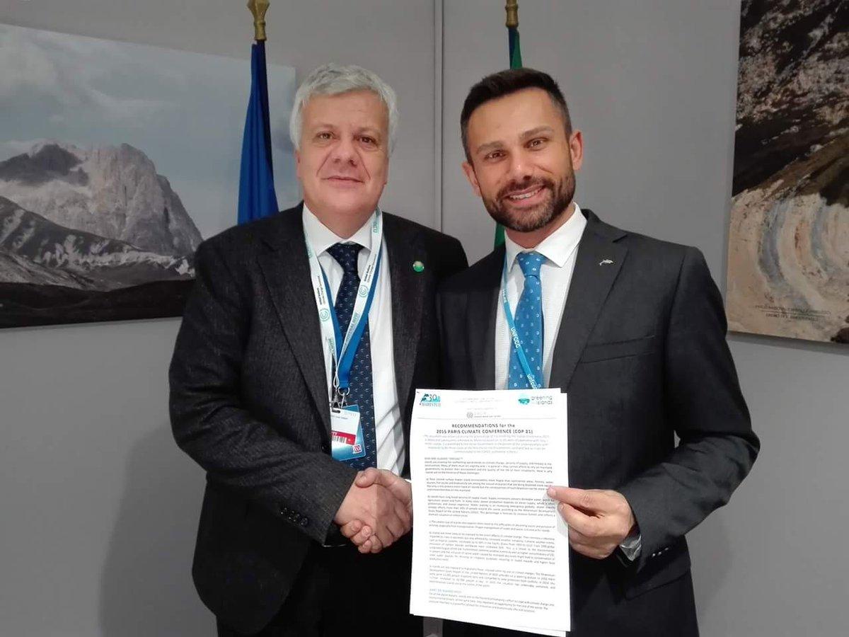 Consegnate a Ministro Ambiente @glgalletti raccomandazioni @Marevivo1 per isole minori #cambiamenticlimatici #COP21 https://t.co/cWdO6GnYia