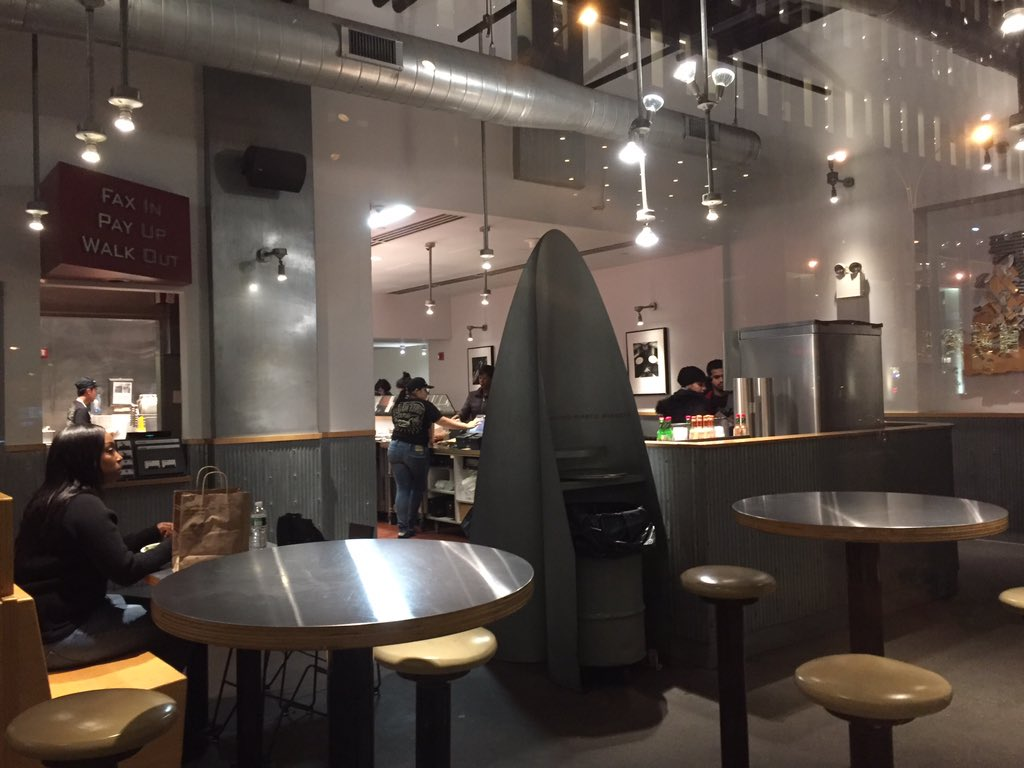 Prime NYC Chipotle virtually empty at peak dinner time $CMG https://t.co/x2Jlutbkk1
