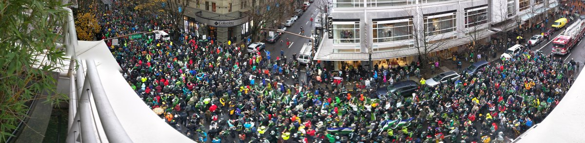 A nice parade crowd out to celebrate the @TimbersFC MLS Cup victory #RCTID #rainorshine https://t.co/UXSVrDZTiU