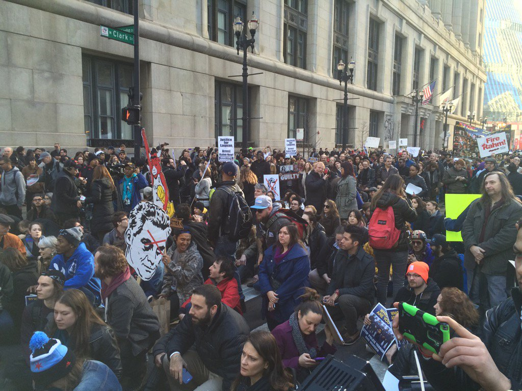 Close to 1000 protestors sitting down on the street to call attention to injustice https://t.co/OYQ2nFiR9J