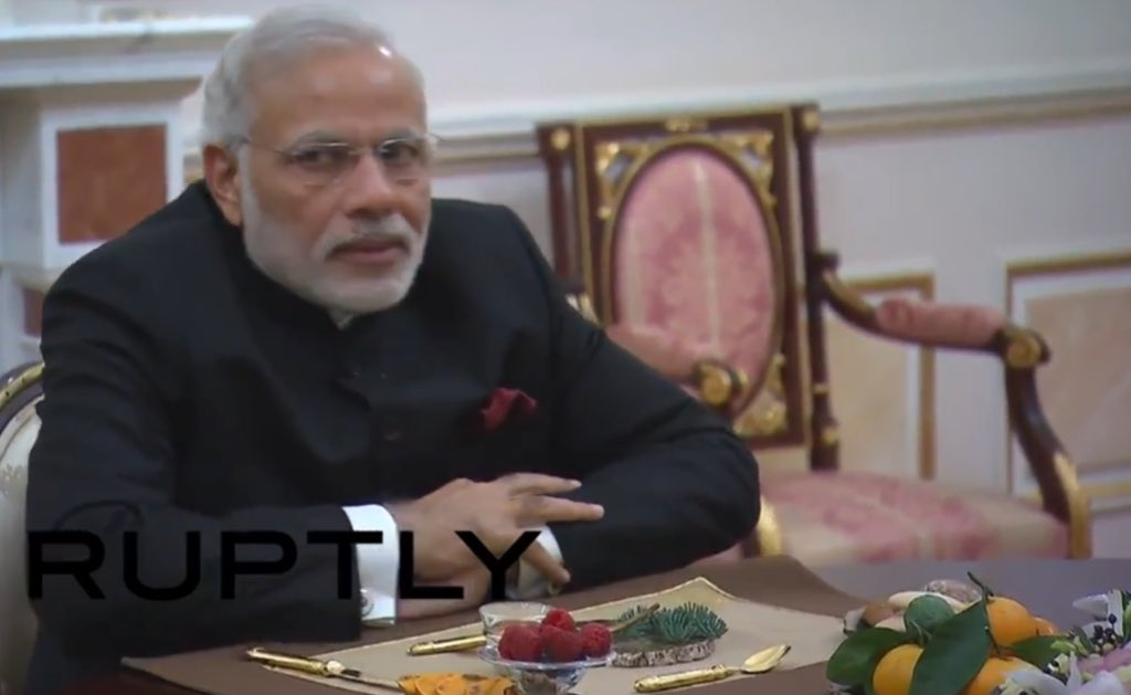Кремлевский десерт: Путин накормил премьера Индии шишками. Причем сам есть не стал, а Моди - съел