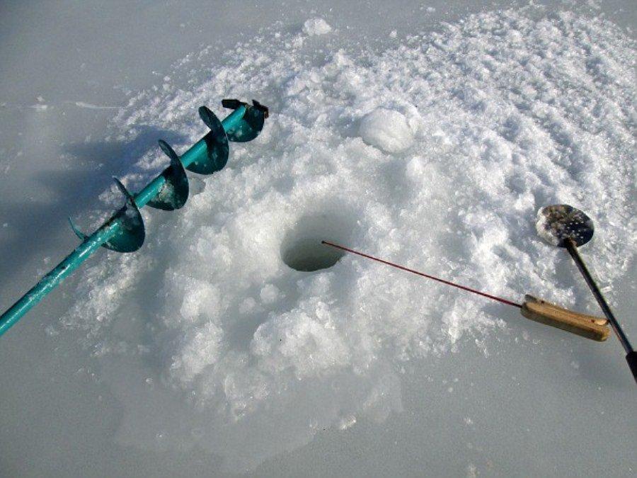 зимния ловля на реке