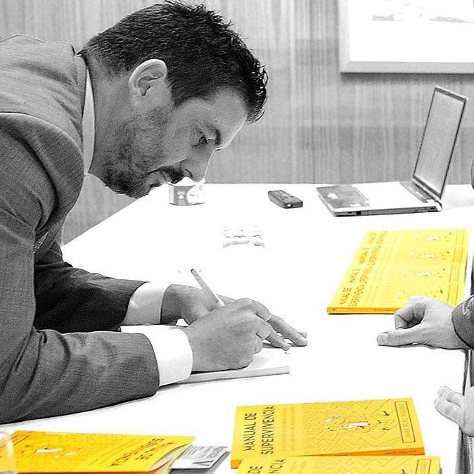 "El camargués Javier Peláez presenta mañana en la Biblioteca su ""Manual de Supervivencia""  https://t.co/1bDM0sh11M https://t.co/D3AknkVg6V"