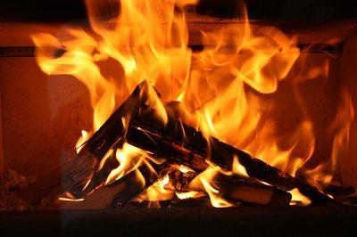 お待たせしました。今年も、薪を燃やさせていただきます。 12月24日(木)18時より、薪が燃える生放送を27時間放送します。炎の色が変化する不思議な魔法の松ぼっくり投入もあるかも!?https://t.co/bbeWCSyoxl https://t.co/qb39xY6hgL