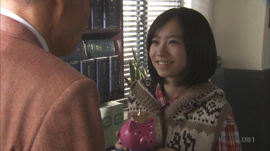 ニットを着る柴田杏花