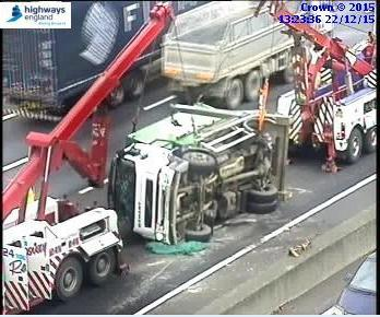 Recovery operations continue to remove the overturned lorry on the #M25 c/w btwn J27 (#M11) - J28 (nr #Brentwood) . https://t.co/PdzAjjC2pM