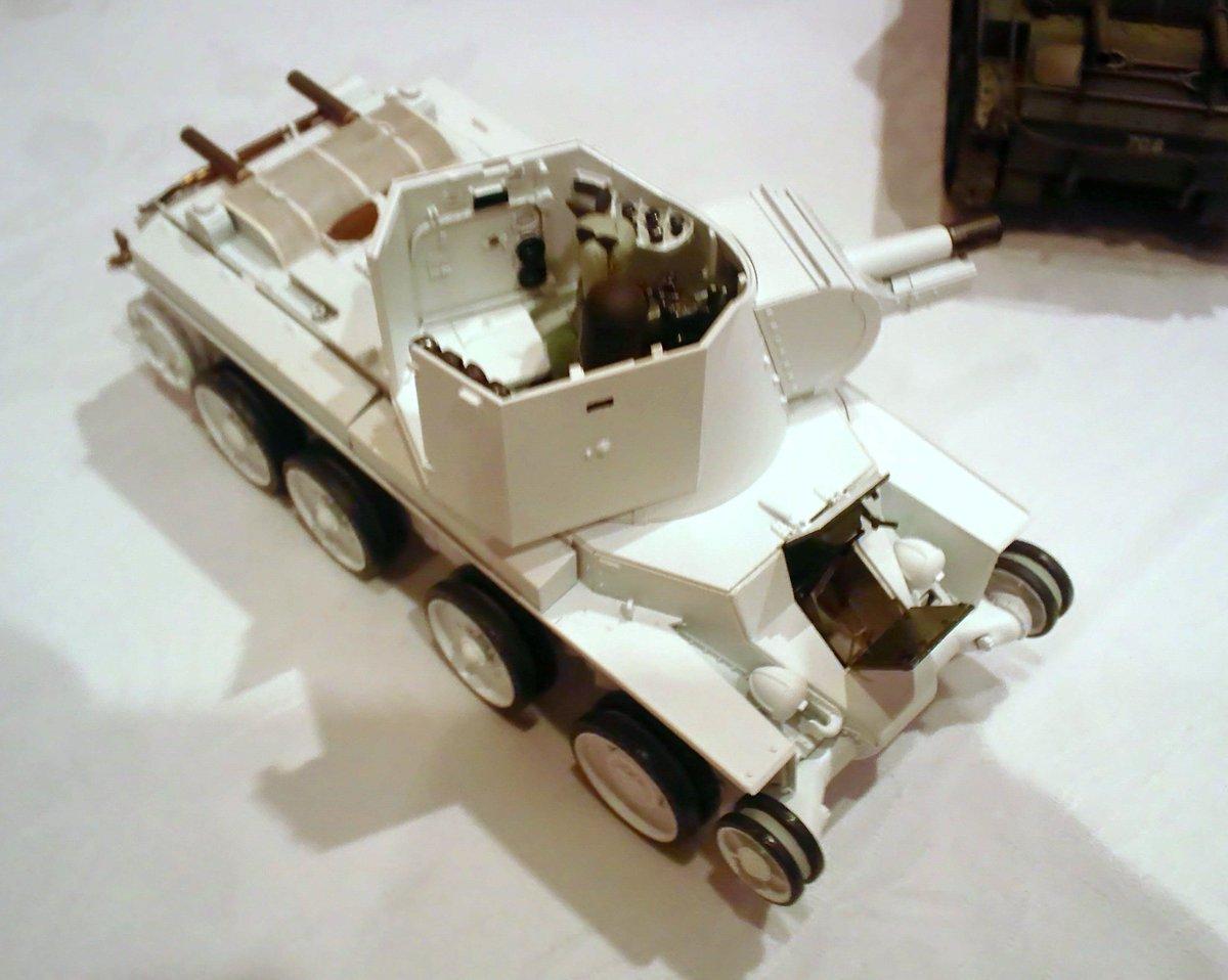 昨夜のガルパン劇場版打ち上げ会場で見た1/35BT42戦車模型。フィンランド側監修の斎木伸生氏が設定チェック用に自作したもので砲塔内部や操縦席をほぼフルスクラッチで再現。これがあってあの震える映像があった(^ ^; #garupan pic.twitter.com/h9vz5gxMDd