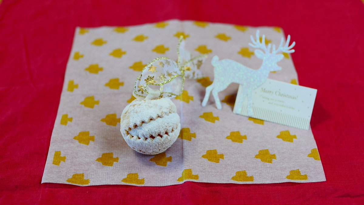 作っている途中で「あ、これクリスマスのお菓子になるかも」と気がついたシュネーバーレン(雪玉)です。Schneeballen : A Pastry Ornament