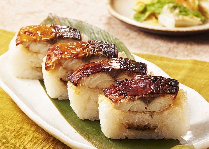 \脂の乗ったうま味のあるサバ!ヽ(*^∀^)ノ/ 香ばしく焼き上げた「炙り焼さば寿司(4貫)」352円(税込380円)☆3種類の醤油を使った特製タレで風味豊かに味付けました。 ※新潟・北陸除く
