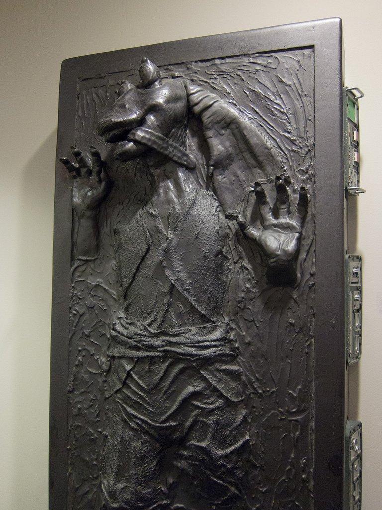 『スター・ウォーズはいかにして宇宙を征服したのか』(パンラボ)。ルーカスは、ファンに送られた「炭素冷凍されたジャージャービンクス」をオフィスに飾っていたという。送るファンもひどいけど、それを飾るルーカスはなかなか心が広い。 https://t.co/IYSwfhOIMc
