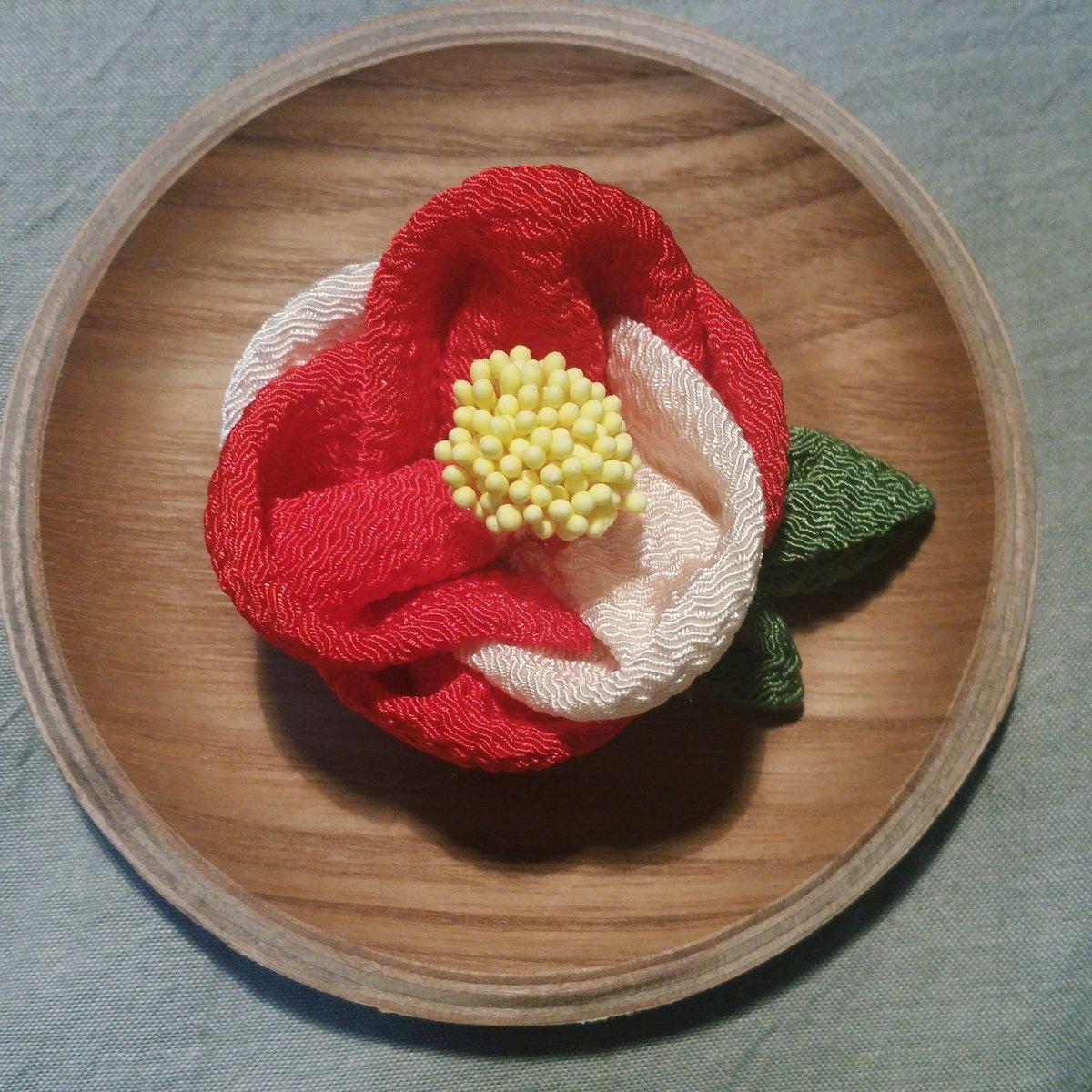 お正月に向けて紅白椿。コサージュクリップです。実はこれ三越のお菓子の缶にのせたいがために作りました…  #キャラメル_創作