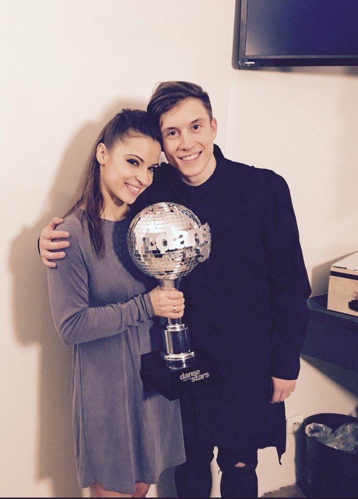 Loïc Nottet et Denitsa Ikonomova avec le trophée de Danse avec les stars