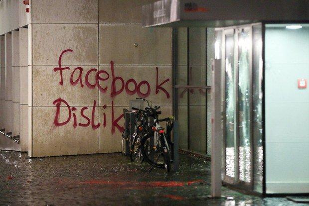 Atto vandalico alla sede Facebook in Germania