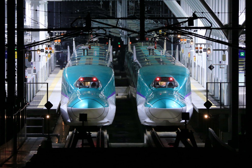 早朝4時前の新函館北斗駅。試運転中の北海道新幹線車両の並びを見ることが出来ました。 pic.twitter.com/9gugXRwJiS