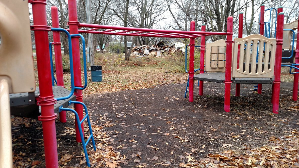 1 reason this house was a concern was bc of its proximity to a playground. Monkey bars frame rubbish quite nicely https://t.co/hBKtqrdGDB