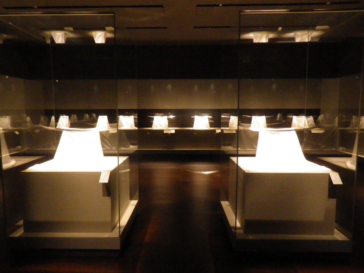 京都国立博物館の「刀剣を楽しむ-名物刀を中心に-」会場風景。京博及び京都の古社寺が所蔵する名刀18口を展示。画像2点目と3点目は、源氏に代々伝わり、武家の棟梁の証とされた「髭切」と「膝丸」。揃って公開されるのは史上初。