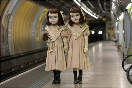 こんな人形が地下鉄に乗ってたらチビリそう。イギリスで話題のメンタリスト、ダレン・ブラウンがロンドンの街中で仕掛けたドッキリだとか。