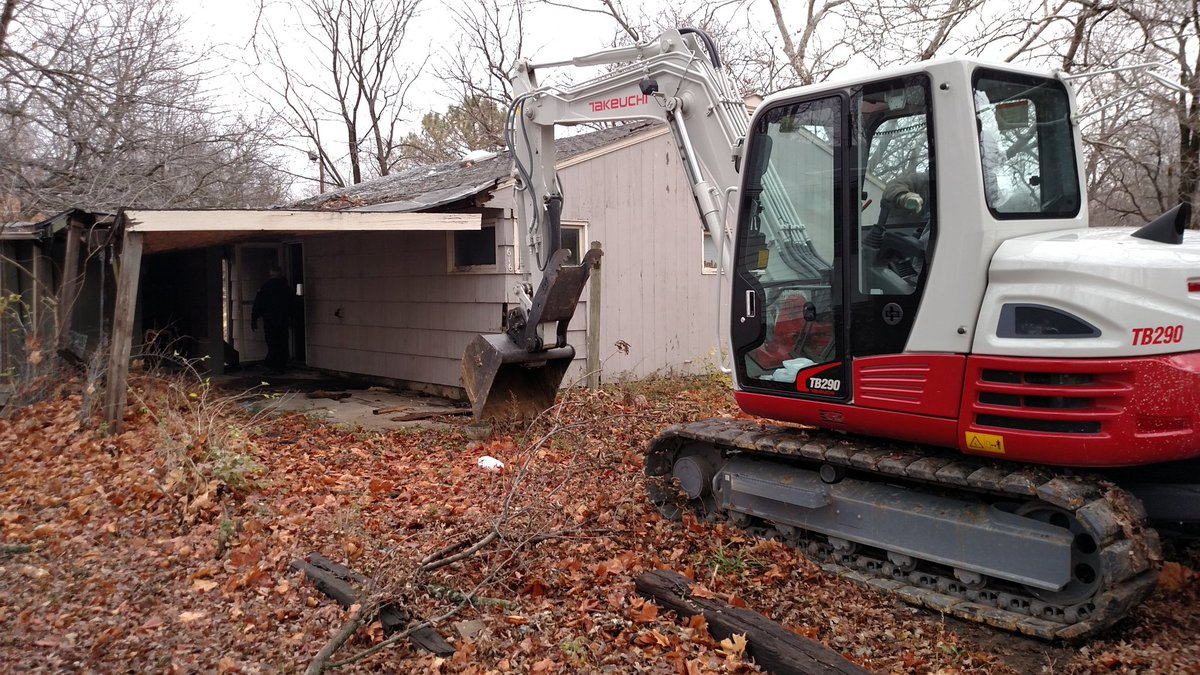 Out at 616 SE 34th to fill a demolition order. Get ready for some insane video from the inside #topekatweetalong https://t.co/e5NbBWyj5a