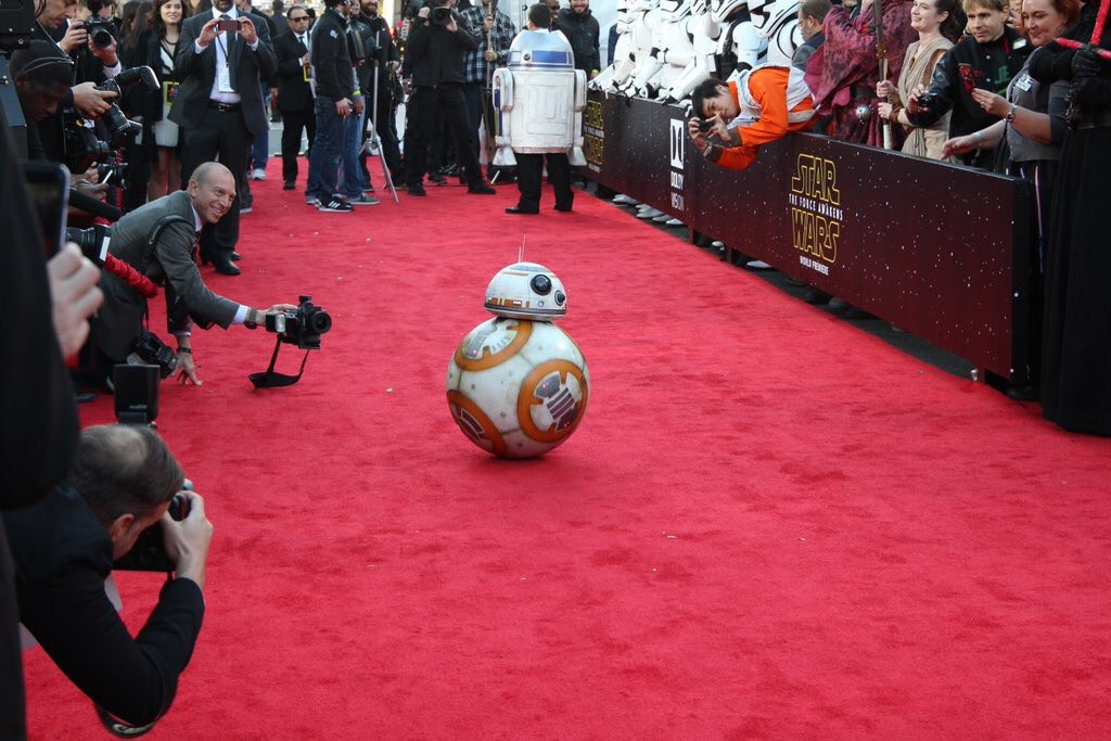 The  best dressed and coolest cat on the red carpet at tonight's #StarWars Premiere in LA.  #TheForceAwakens https://t.co/Et2tfr7BeW