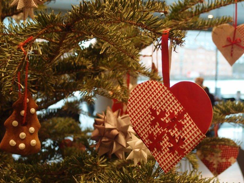 これはデンマークの図書館のツリー。クリスマスハートとクリスマスの星(Julestjerne)。クリスマスの星はドイツ発祥。デンマークではハート同じく定番の飾り。