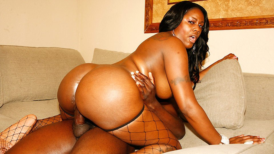 Black milf with a big ass essencebeauty posing in sexy lingerie