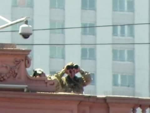 Francotiradores en el techo de la Casa Rosada, nuevas señales del cambio de época, se suman a los carros hidrantes https://t.co/NWR520JU0v
