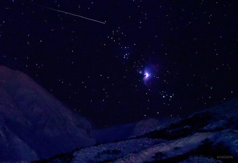 自分でも信じられないような光景…。十勝岳(北海道)の稜線から昇るオリオン大星雲とふたご座流星群の流星。(一昨日撮影、ソニーα7RIIボディーに400mm超望遠レンズ使用、F4、ISO20000、露出0.6秒) pic.twitter.com/Qqf4Cj3D49