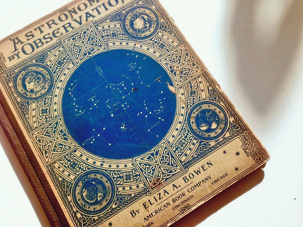 今日届いた天文古書。青い星図がたっぷり入って素晴らしいのですが、ページをめくっていると、中から孔雀の羽が出てきました。前の持ち主さんが栞に使っていたものでしょう。こんな風に誰かの気配を感じると、古いものっていいなぁ……と実感します。