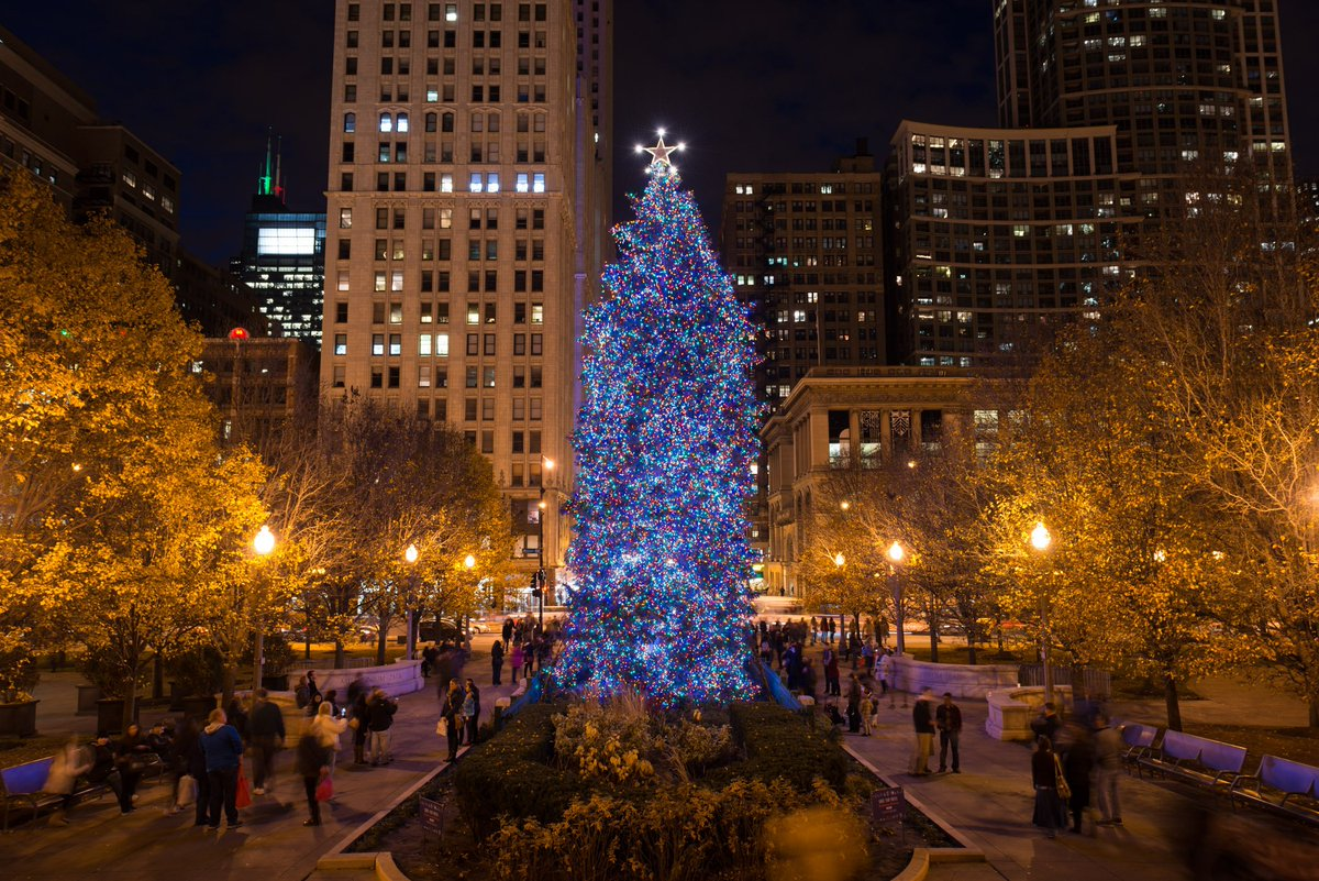 New photos! #ChiChristmasTree and Ice Rink in Millennium Park #JingleAroundTheLoop (Photos by Patrick Pyszka) https://t.co/SPvnWRHmh2