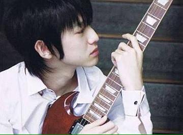 ギターを見つめる本郷奏多