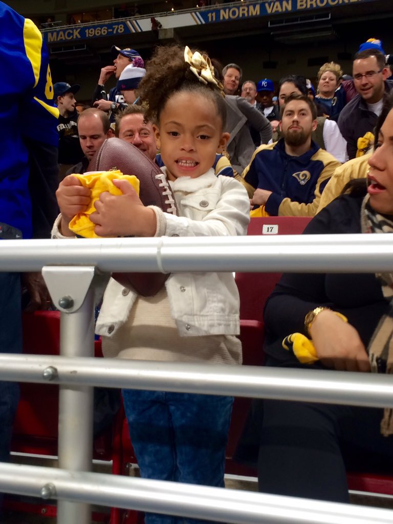 Kenny Britt delivered that touchdown ball to his daughter Ava in the stands! https://t.co/lJIsQh8FsH