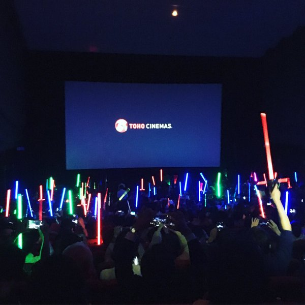 スターウォーズ上映前の劇場とアイドルの現場。 #スターウォーズ https://t.co/yDXEfRxR3R