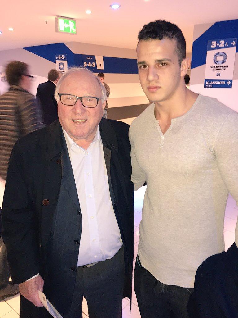 Hsv Legende Uwe Seeler Trift Mit Seinem Enkel Im Volksparkstadion