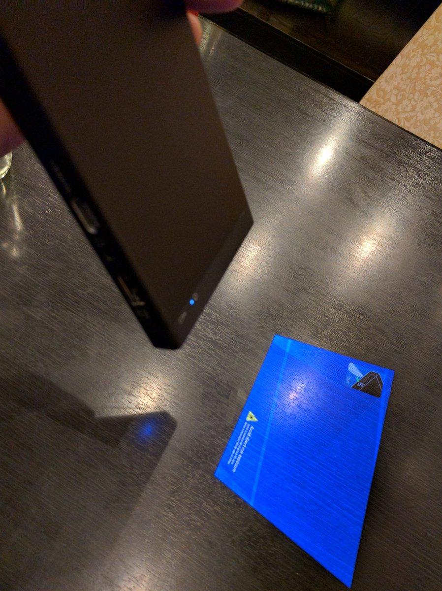 ソニーレーザーピコプロジェクター MP-CL1、フォーカスレスでどんな距離でも黒いテーブルにでも映る。これはオフ会に持ってくとヒーローな予感。 https://t.co/GBvRLfrlHw