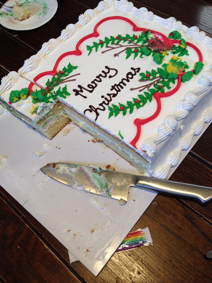 コストコのケーキ。8人のパーティーでアタックしたもののわずか4合目にて全員が遭難_(:3 」∠)_ https://t.co/sYlidO0GVV