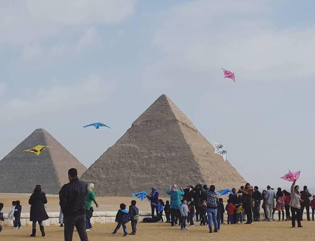 Children flying kites at the pyramids #travelblog https://t.co/JEXO473yvw https://t.co/f06thAkaCo