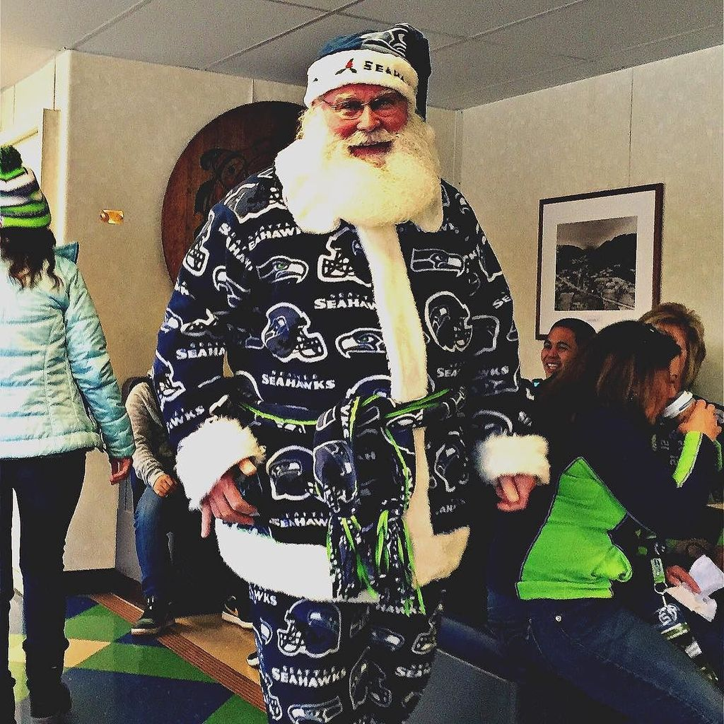 Go Go Go @seahawks !! When you got #Santa on your side you must be doing something right! … https://t.co/9hqtfl0UYF https://t.co/aeWyAu9Sqt